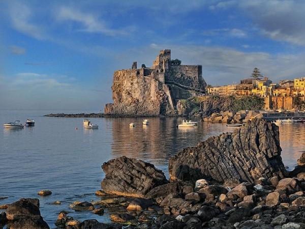 Il castello normanno di aci castello è una delle mete turistiche preferite da chi visita la sicilia